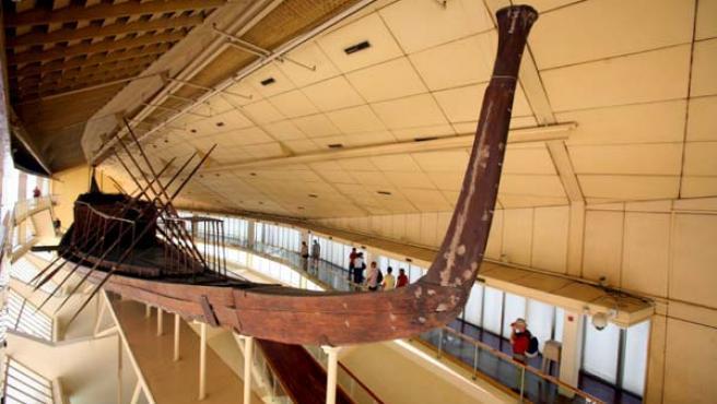 Varios turistas observan la primera barca solar de Keops en el Museo de la Barca Solar en la explanada de las pirámides en Giza (Egipto) (EFE>