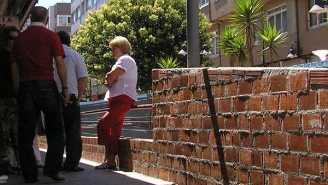 Los comerciantes del mercado de As Conchiñas están preocupados por la construcción de un muro frente a la plaza de abastos.