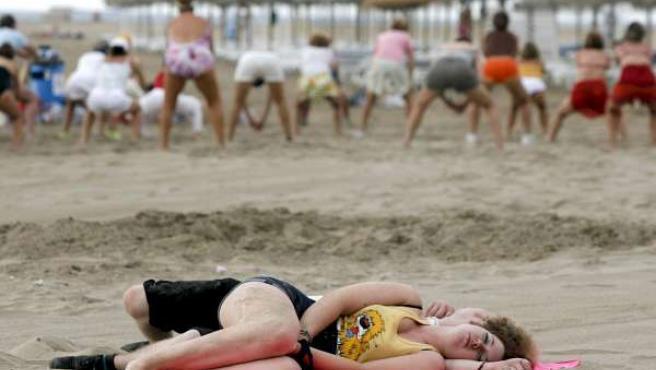 Dos jóvenes duermen en la playa tras el FIB. (AGENCIAS)