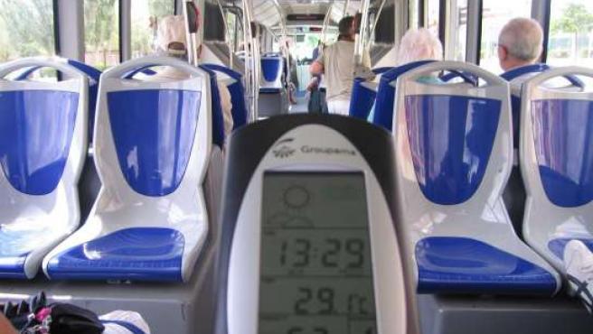 Un termómetro señala la temperatura en la parte de atrás de un bus.