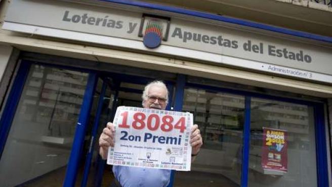 Pedro Solé, frente a su administración de lotería en La Mina.