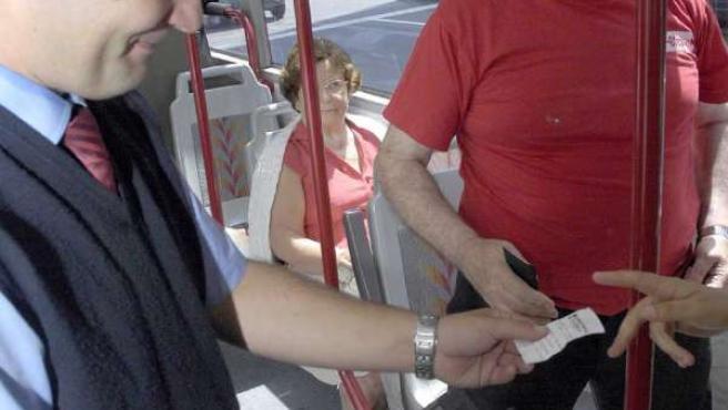 Los revisores controlan todos los billetes y tarjetas de bus.