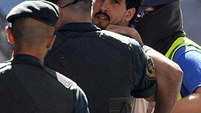 La Guardia Civil traslada a Arkaitz Goikoetxea tras ser detenido junto a dos mujeres. (REUTERS)
