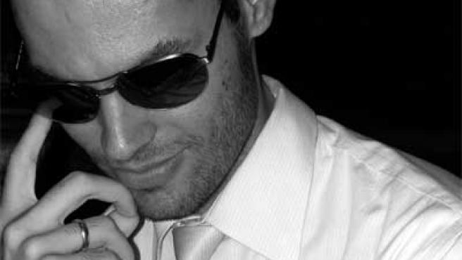 Imagen de un hombre atractivo con gafas.