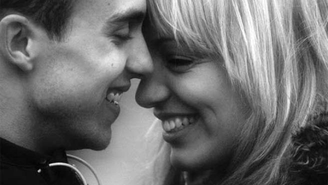 Imagen de una pareja en actitud cariñosa.