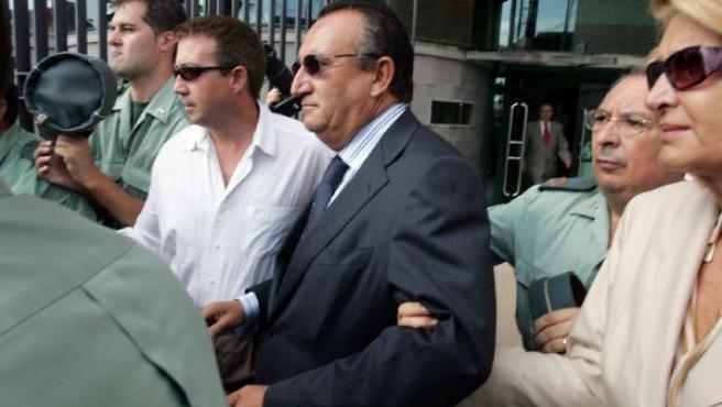 El presidente de la Diputación de Castellón, Carlos Fabra, al abandonar el juzgado en 2005 por un presunto delito fiscal (ARCHIVO).