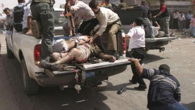 Víctimas de los ataques en Kirkuk son trasladadas en camiones. (Foto: Stringer / REUTERS)