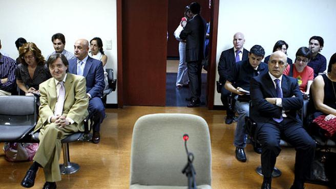 Losantos y Zarzalejos, en el juzgado donde se celebró la vista oral. (JUAN M. ESPINOSA / EFE)