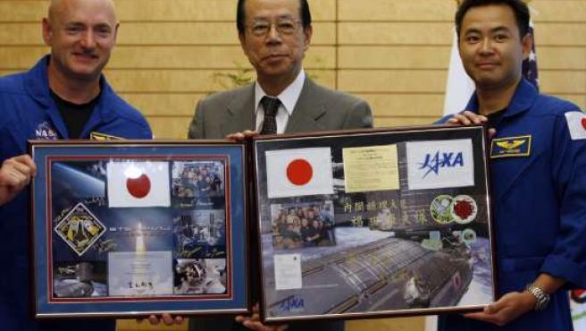 Mark Kelly y Akihiko Hoshide, tripulantes del Discovery, junto al primer ministro japonés, Yasuo Fukuda (en el centro). (FOTO: REUTERS).