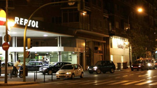 Cola para entrar en una gasolinera, en Madrid. (ARCHIVO)