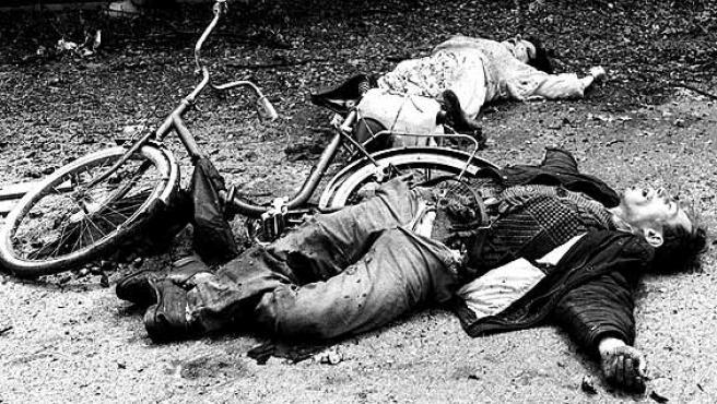 <strong>Crímenes de guerra.</strong> Los cuerpos sin vida de una pareja en una de las calles del barrio Alipasino Polje de Sarajevo, tras ser alcanzados por la explosión de una granada, en una imagen de 1992. Una de las tantas muertes durante la guerra de Bosnia, que han vuelto a la memoria de quienes sufrieron años de horrores con la captura de Radovan Karadzic.