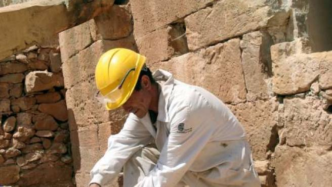 Un operario trabaja con nuevas técnicas en la estauración de la iglesia de San Roque. (ICAL)
