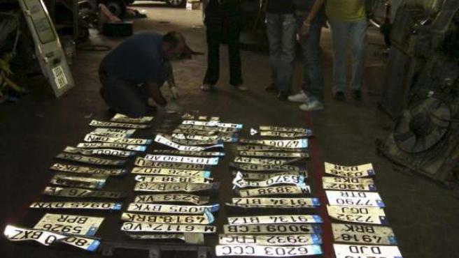 La Policía, en una imagen de archivo, se incauta de una gran cantidad de matrículas de coches robados. (EFE)