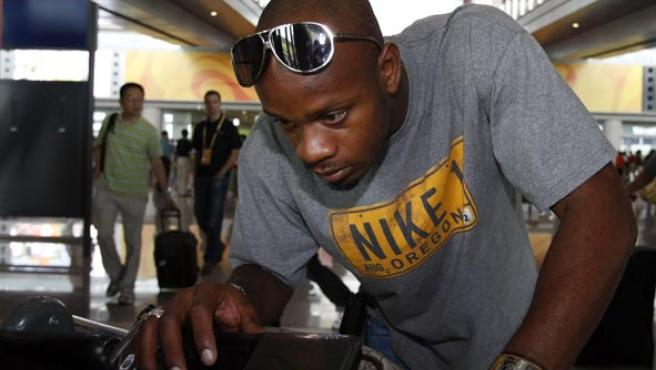 Asafa Powell, en su llegada a China. (EFE)