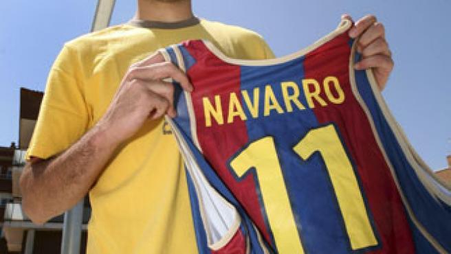 Juan Carlos Navarro posa con la camiseta del Barcelona, en su vuelta al equipo. (EFE)