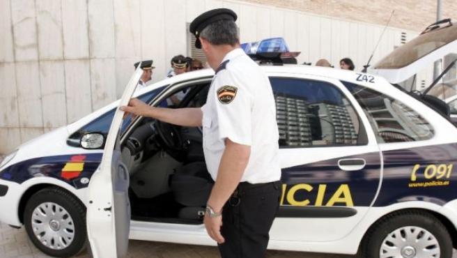 Un agente de la Policía accede a un vehículo. ARCHIVO