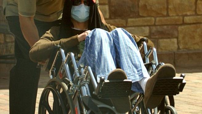 Michael Jackson, en silla de ruedas. (Daily Mail)