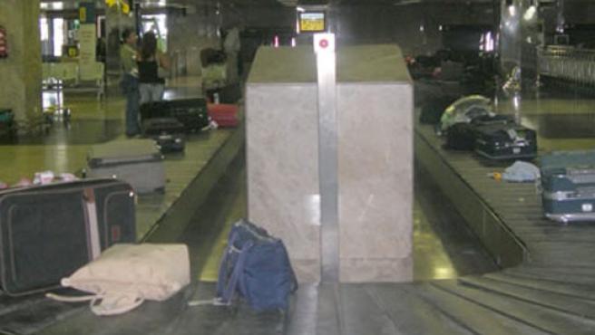 Maletas en una cinta de aeropuerto.