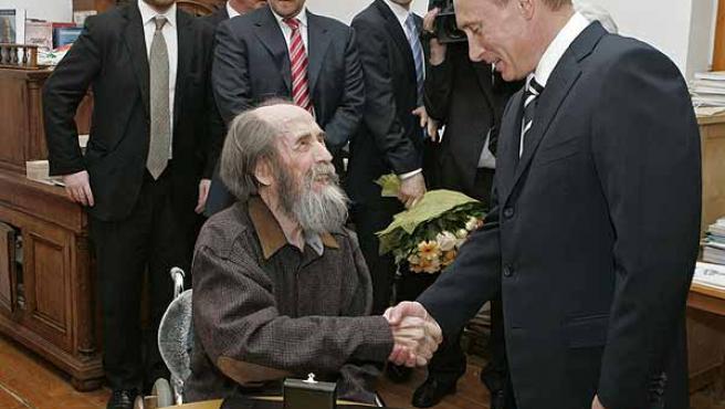 Vladimir Putin saluda a Alexander Solzhenitsyn. REUTERS