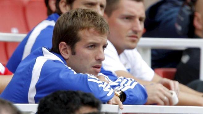 El centrocampista del Hamgurgo Rafael van der Vaart (izq), observa el partido ante el Real Madrid, en el Emirates Cup 2008.