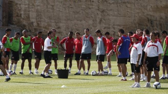 Gonzalo Arconada da órdenes en un entrenamiento.