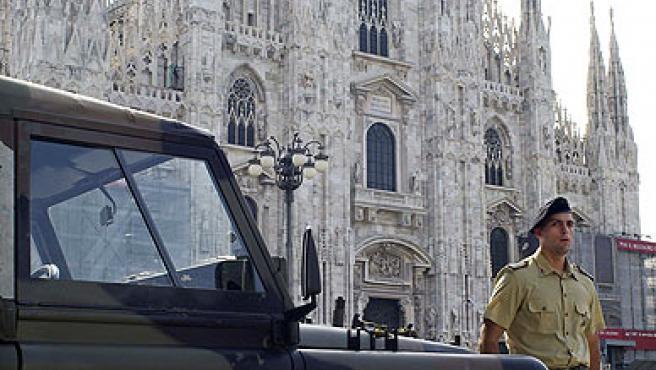Un soldado vigila la catedral de Milán.