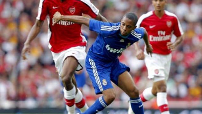 Robinho, durante la disputa de un partido ante el Arsenal. (EFE)