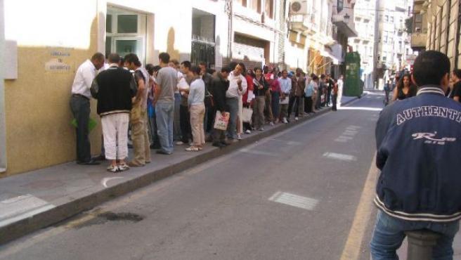 Si antes, como en esta imagen de 2005, había colas para quedarse en España, ahora sucede al revés (Archivo)
