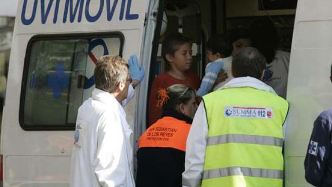 Un herido siendo atendido por una ambulancia (Archivo)