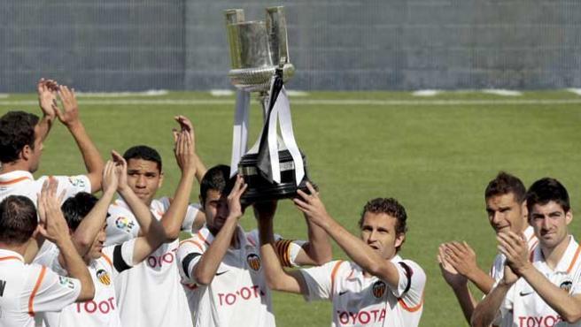 Los jugadores del Valencia muestran la Copa del Rey a su afición. (EFE)
