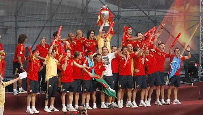 Los jugadores de la selección española celebran el título en la plaza de Colón de Madrid.