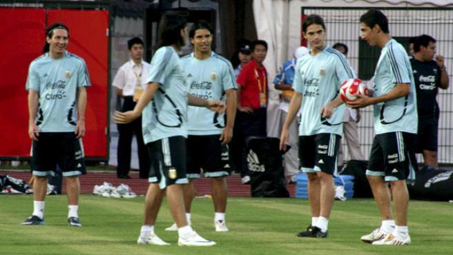 El delantero atgentino del Barcelona, Leo Messi (i), durante el entrenamiento de la selección argentina de futbol. (EFE)