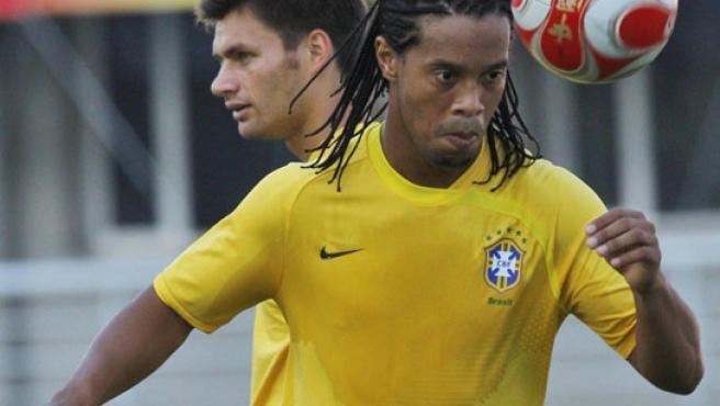 Ronaldinho (dcha), durante la sesión de entrenamiento con Brasil, en Shenyang, al noreste de China.