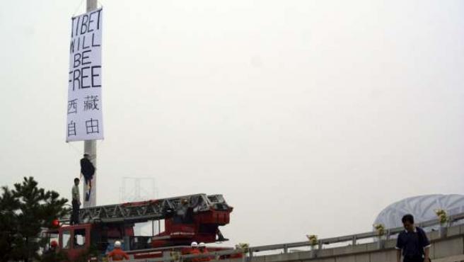 Las autoridades chinas retiran una de las pancartas pro Tíbet en las cercanías de 'El Nido' (el Estadio Nacional).