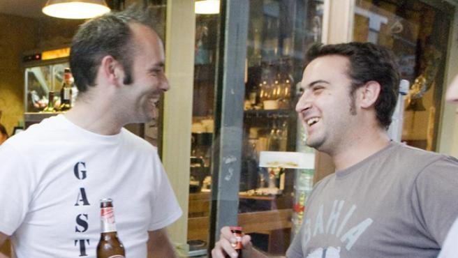 Pequeños gestos, como disfrutar de un aperitivo con amigos,contribuye a nuestra felicidad.