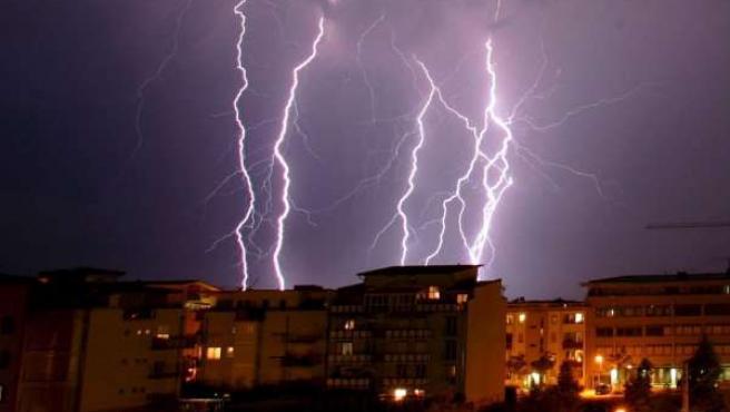Una tormenta de rayos en Freiburgo, Alemania (ARCHIVO)