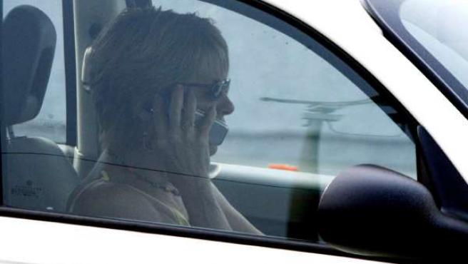 Una mujer habla por teléfono mientras conduce (ARCHIVO)