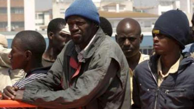 Algunos de los inmigrantes subsaharianos de la patera interceptada por los servicios marítimos de la Guardia Civil.