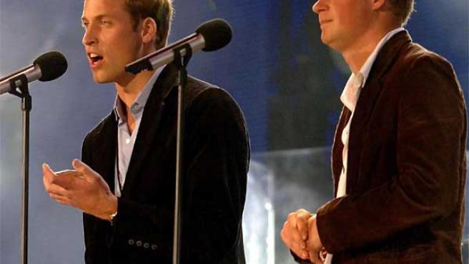 Los príncipes de Inglaterra, Guillermo y Enrique, en un concierto en Wembley homenaje a Lady Di.