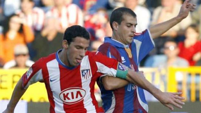 El extremeño Juanma (dcha) pelea un balón con el argentino Maxi Rodríguez (EFE).