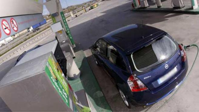 El pasado lunes el litro de gasóleo se vendía a una media de 1,262 euros, un 5,04% por debajo del precio que tenía el 14 de julio pasado. (EFE)