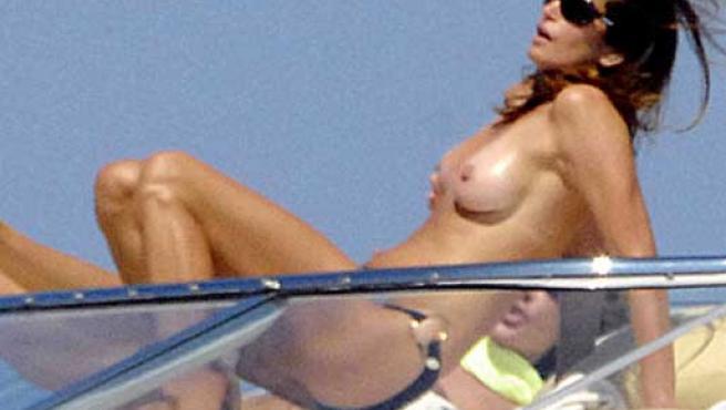 Cindy Crawford en la cubierta de un barco en Saint Tropez. (FOTO: EGOTASTIC)