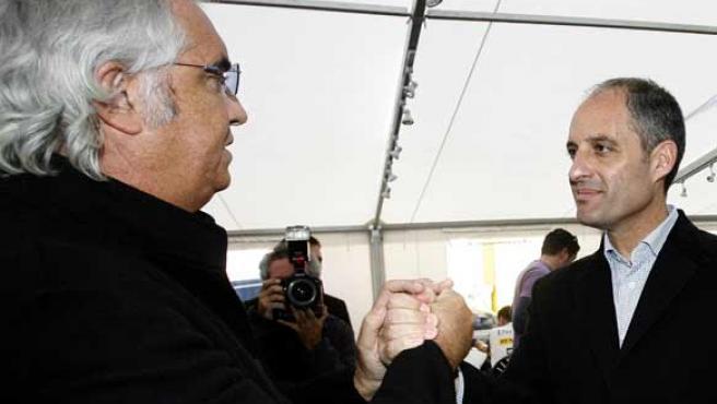 Flavio Briatore saluda en Cheste al presidente de la Generalitat valenciana, Francisco Camps (EFE).