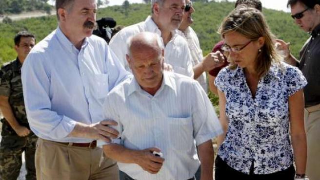 Carme Chacón, junto al delegado del Gobierno en Aragón, Javier Fernández (izda), y el alcalde de Castejón de Valdejasa, Avelino Bonet. EFE/J.C