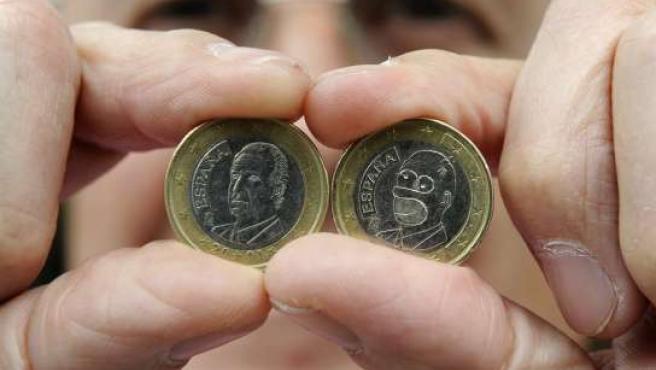 La moneda de euro con la cara de Homer Simpson. (Foto: Eloy Alonso / REUTERS)