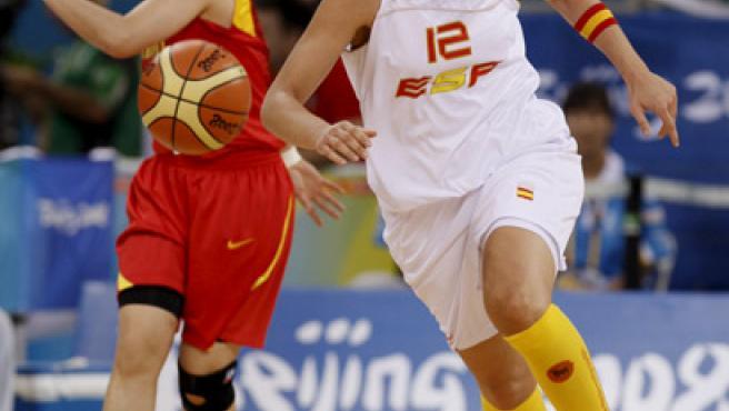 La española Anna Montañana corre por el balón ante la mirada de la china Saho Tingting. (EFE)
