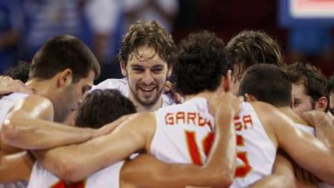 Pau Gasol (centro) celebra con sus compañeros la victoria de España en su primer partido de los Juegos 2008 (REUTERS).