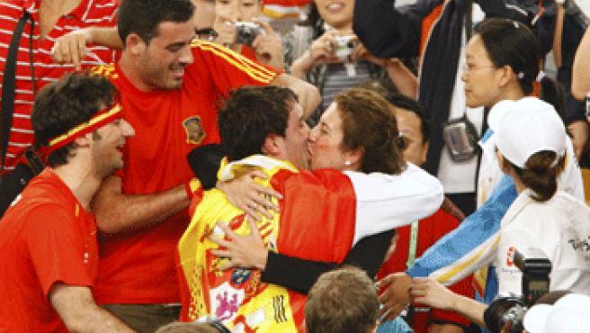 Abajo, besando a Lucía, su mujer