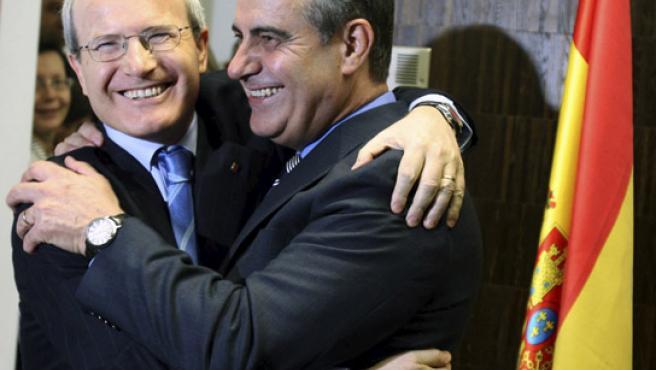 El nuevo ministro de Trabajo e Inmigración, Celestino Corbacho (d), recibe la felicitación del presidente de la Generalitat, Jose Montilla