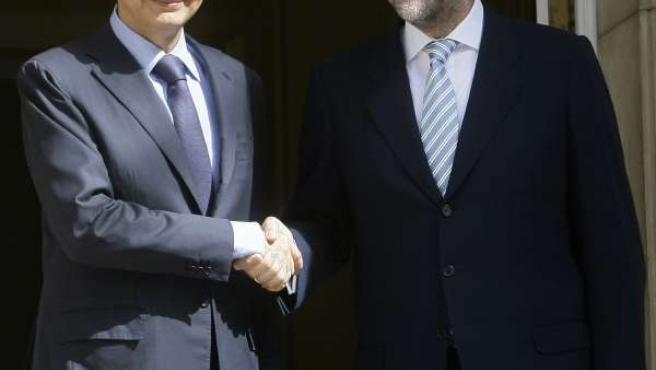 El presidente Zapatero y el líder del PP, Mariano Rajoy, a su llegada a la Moncloa.